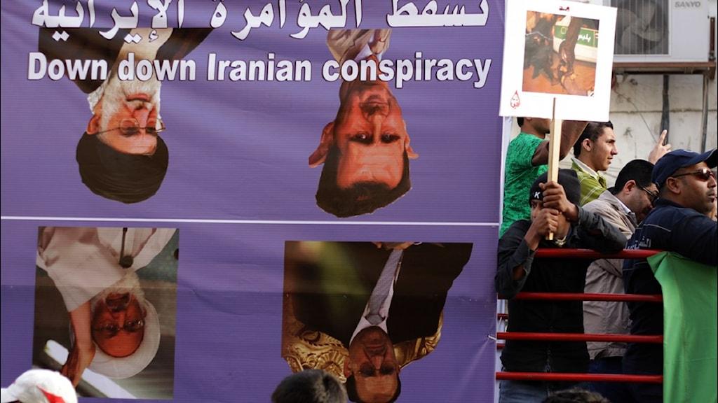Demonstration i Bahrain den 15 februari till stöd för den sunniledda regimen. Plakatet föreställer shiitiska ledare från Irak, Iran, Syrien och Bahrain. Foto: Hasan Jamali/Scanpix
