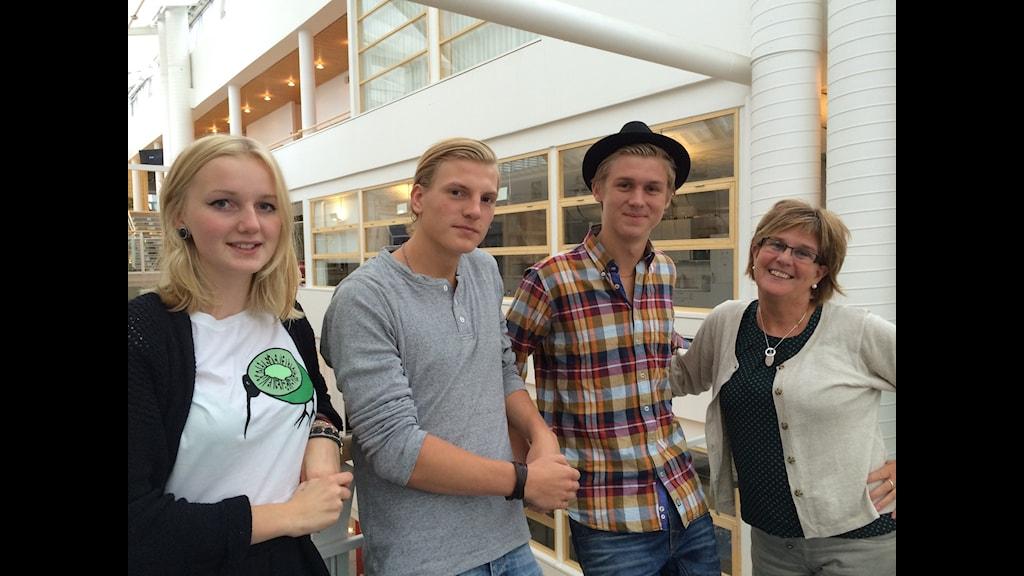 Elin Lundh, Gabriel Johansson och Johan Wahn från Ungdomsforum Skövde tillsammans med ungdomsstrategen Christina Nettelbladh Malm. (Foto: Ylva Carlqvist Warnborg)