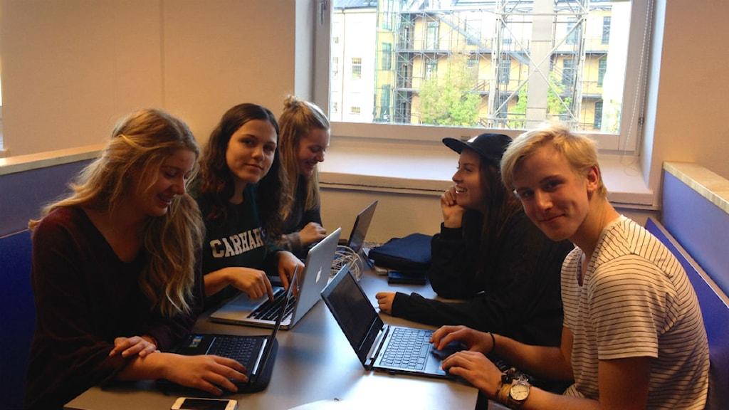 Elever på Kunskapsgymnasiet i Norrköping diskuterar valresultatet foto:Maria Turdén/Sveriges Radio