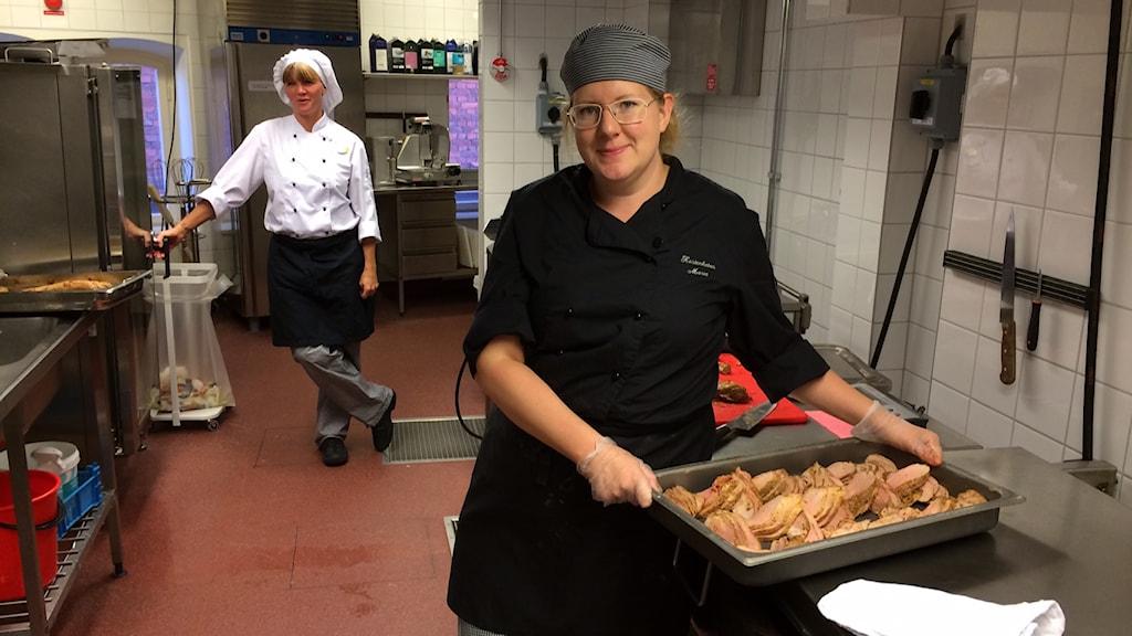 Utbildaren Britt-Louise Karlsson och Maria Andersson kock på Enebyskolan