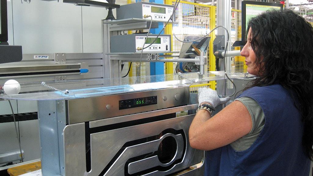 Maria Teresa Iozzi, i Whirlpools fabrik i Cassinetta i Italien. Foto: Lisen Elowson Tosting/Sveriges Radio