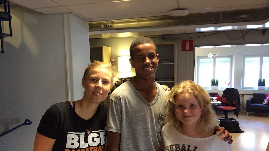 Stina Bylund, Khadar Abdullahi och Caroline Junglert ifrån Borlänge Basket. Foto: Sveriges Radio