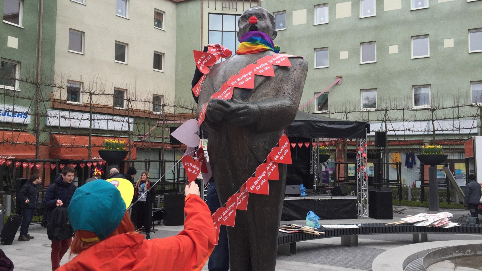 Clownnäsa på Jussi Björlings staty i Borlänge. Foto: Veronika Karlsson / Sveriges Radio