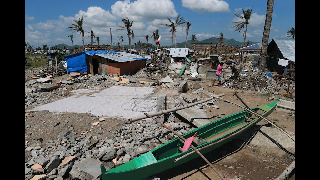 En del i Tacloban har börjat bygga hus i den förbjudna zonen inom 40 meter från havet, eftersom myndigheterna inte har gett dem några andra hus. Foto: Nils Horner/Sveriges Radio