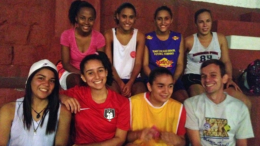 Sedan Juliana Silva (i röd tröja) blev lagkapten har Criciúma Futebol Feminino inte förlorat en enda match. Tränaren Eduardo Tacto tycker att sambafotbollen lever kvar tydligast inom damfotbollen. Foto: Martin Jönsson/Sveriges Radio