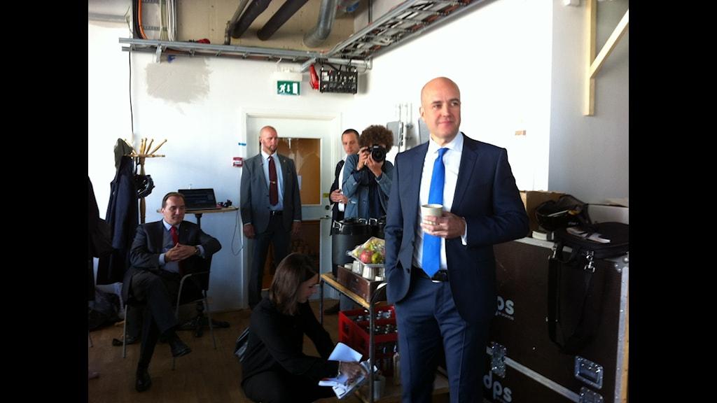 Stefan Löfven (sittande till vänster) och Fredrik Reinfeldt  strax innan statsministerduellen i Kulturhuset, Stockholm. Foto: Sveriges Radio