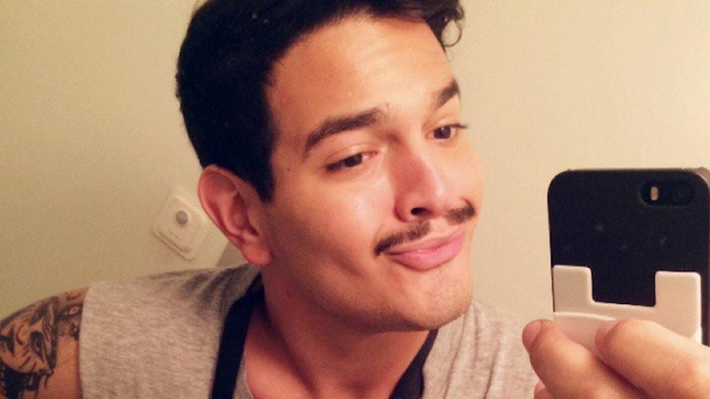 Reporter Alexander Letic tar en selfie