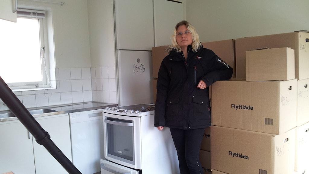 Flyttkartonger står staplade och värmefläktarna går för fullt i Linda Moritz vattenskadade lägenhet. Foto: Varina Holmberg/Sveriges Radio