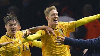 Sveriges Rasmus Elm jublar efter 4-4 kvitteringen i VM-kvalmatchen mellan Tyskland och Sverige.