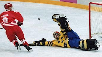 ARKIV 1994 LILLEHAMMER, NORGE Ishockeyfinal Sverige-Kanada. Paul Kariya, Kanada skjuter matchens sista straff, och Sveriges målvakt Tommy Salo, räddar med benskyddet. Sverige tog OS-guld. Foto: Björn Larsson-Ask/SCANPIX.