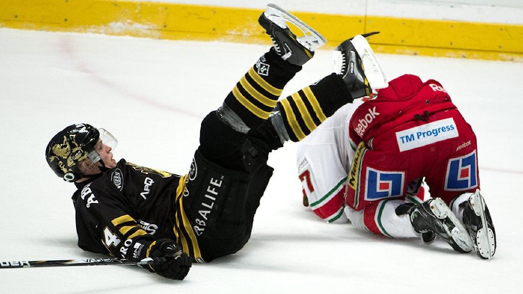 STOCKHOLM 20130214 AIKs Patric Blomdahl och Modos Morten Madsen under torsdagens elitseriematch i ishockey mellan AIK och MoDo på Hovet i Stockholm. Foto: Claudio Bresciani / SCANPIX