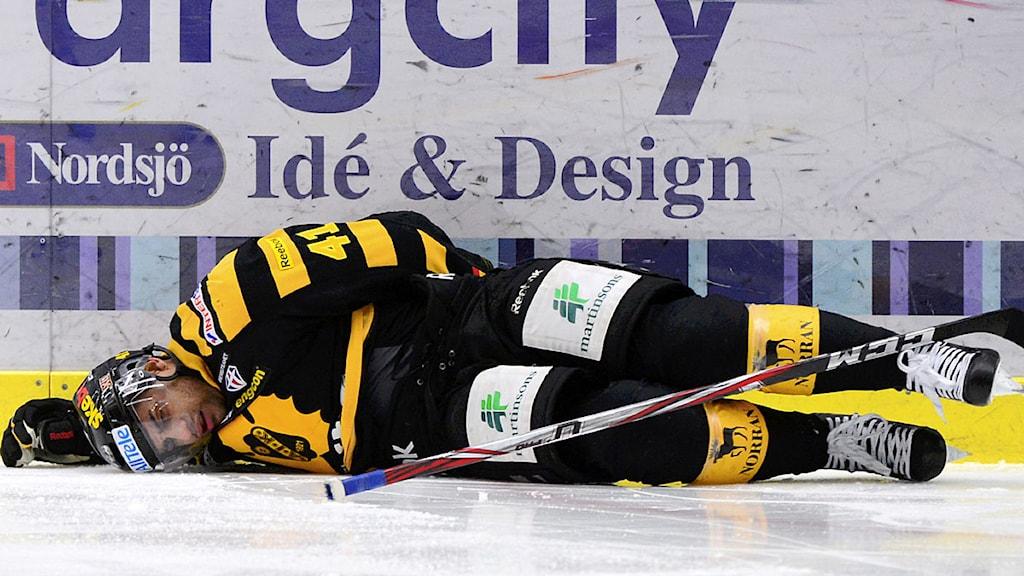 SKELLEFTEÅ 2013-03-12 Pierre-Edouard Bellemare skadades under tisdagens kvartsfinal 1 av 7 i elitseriens SM-slutspel i ishockey mellan Skellefteå AIK och Brynäs IF, som spelades i Skellefteå Kraft Arena. Foto: Robert Granström / SCANPIX.