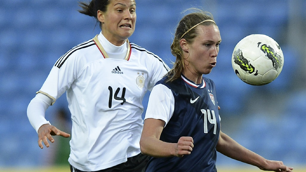 USA:s fotbollsback Whitney Engen (till höger). Foto: AFP Photo/Francisco Leong.