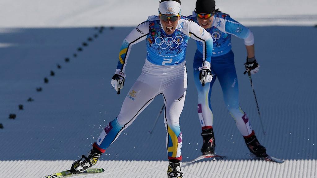 Charlotte Kalla spurtar hem OS-guldet i stafett i Sotji. Foto: TT.