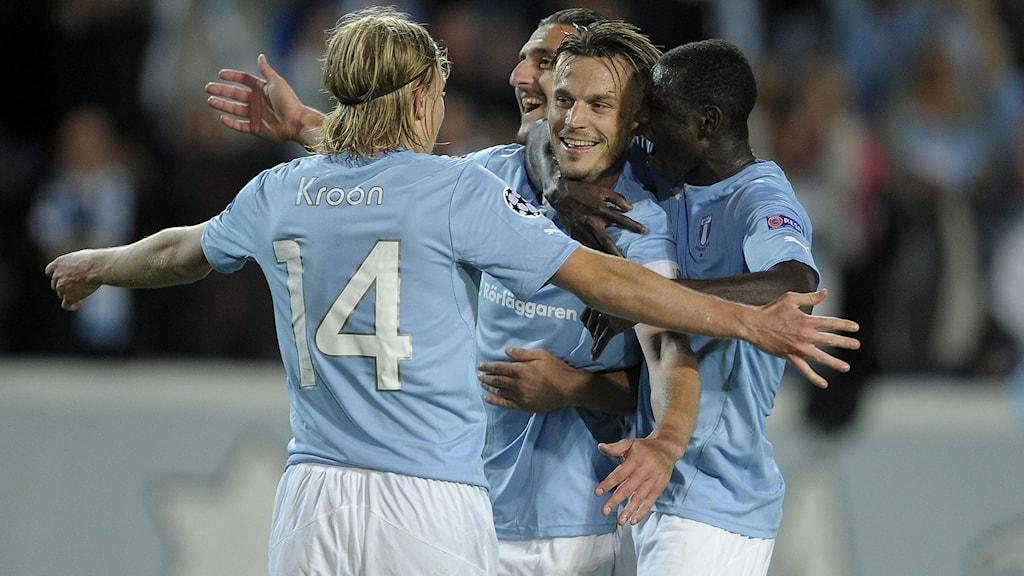 Rosenberg kramas om av sina lagkamrater. Foto: Björn Lindgren / TT