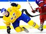 Nick Sörensen tacklas av Rysslands Alexander Barabanov under ishockeymatchen mellan Sverige och Ryssland i JVM grupp B. Foto: Ludvig Thunman/TT
