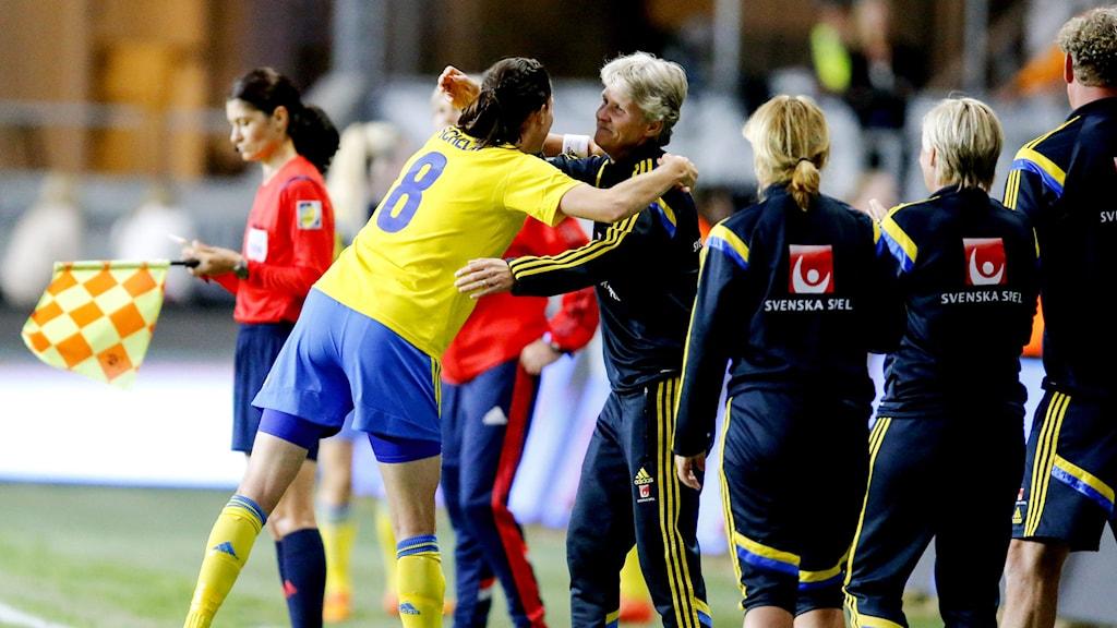 A hug from Sweden's Lotta Schelin to coach Pia Sundhage after her 2-0 goal. Photo: Adam Ihse / TT