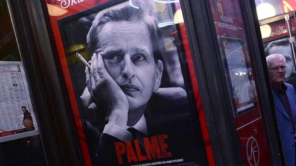 En filmaffisch för dokumentärfilmen Palme hänger utanför en biograf. Bosse Ringholm skymtar i bakgrunden. Foto: Claudio Bresciani/Scanpix.