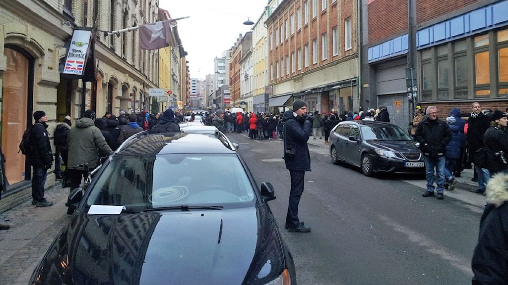Folksamling utanför Framtidsgymnasiet i Göteborg.