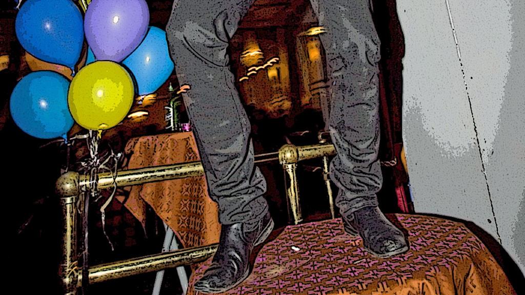 Dansar på bord. Foto: Claudio Bresciani, TT. Filter: Sisuradio