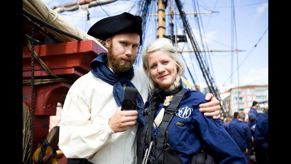 Christoffer Meijer och Emma Knyckare gav sig ut på en kort seglats med Ostindiefararen.