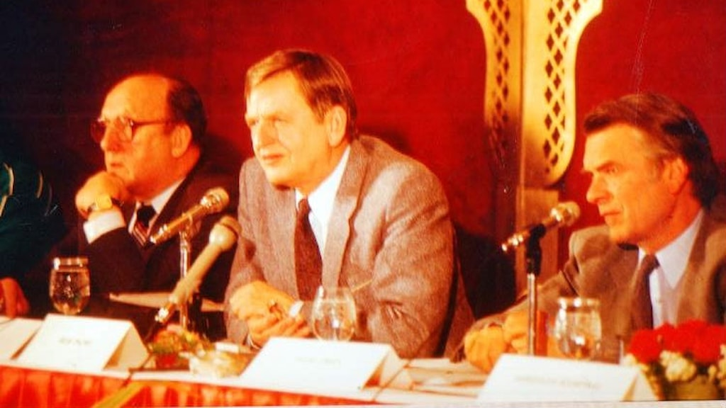 Swedish Prime Minister Olof Palme at an Indian meeting of the  Independent Commission on Disarmament and Security issues in the early 1980s, flanked by Georgi Arbatov (L) and David Owen, now Lord Owen (R). Photo: Lord Owen's press office
