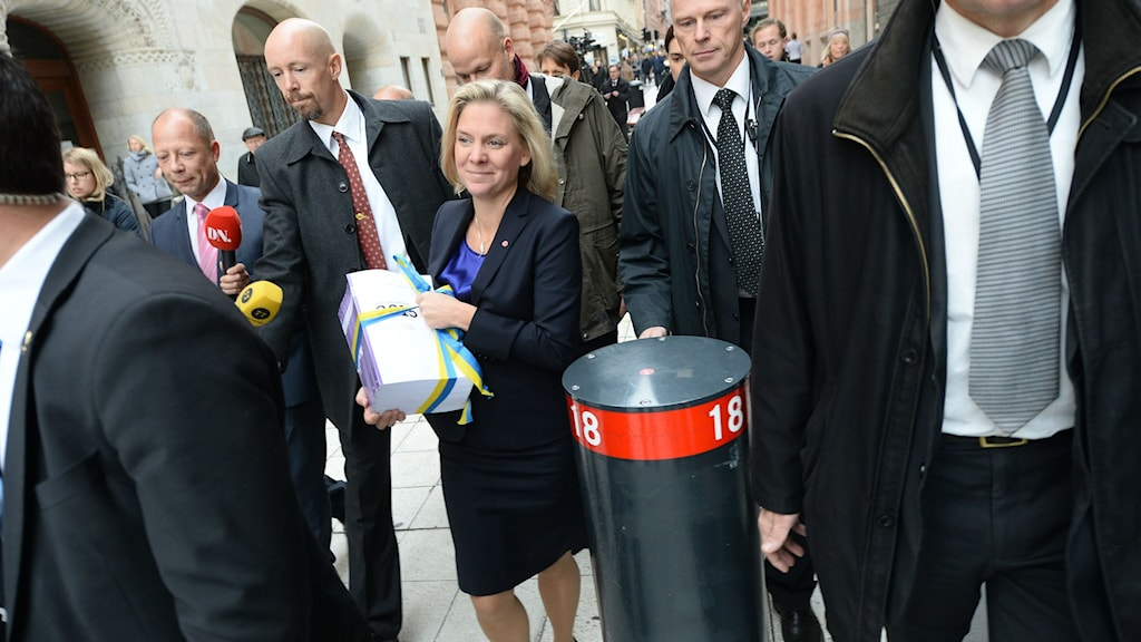 Finance Minister Magdalena Andersson taking the ceremonial walk to Rosenbad to present the 2015 budget. Photo: Janerik Henriksson / TT.