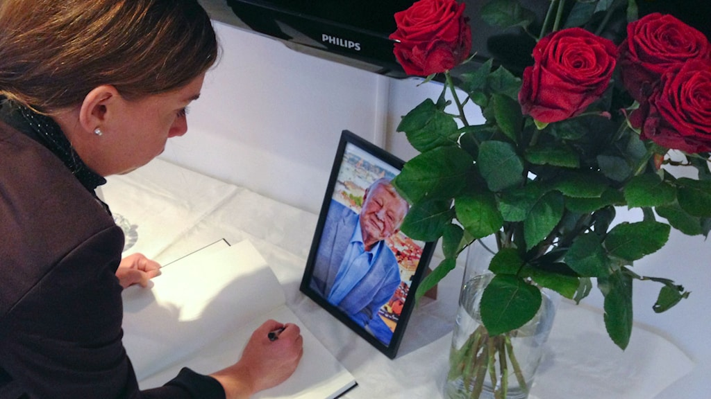 A book of condolences for Göran Johansson being signed. Photo: Ellen Andersson / TT