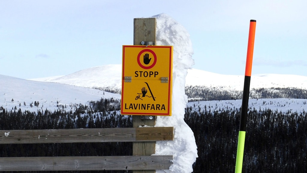 A sign warning of a risk for avalanches at the Idre Fjäll winter resort. Photo: Nisse Schmidt / TT.