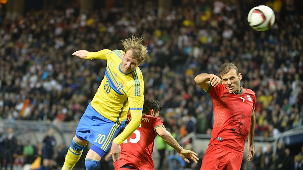 Swede Ola Toivonen, left, heads the ball during Tuesday's friendly match 3-1 against Iran. Photo: Henrik Montgomery / TT