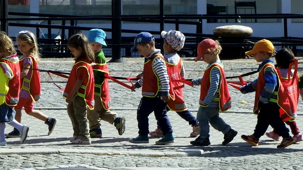 A preschool class on a walk. Photo: Hasse Holmberg / TT.