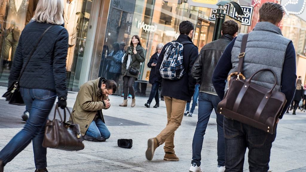 A man begs on Drottninggatan in downtown Stockholm. Photo: Lars Pehrson/SvD/TT.