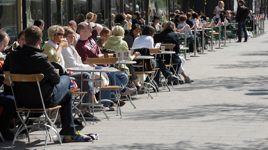 Vuxna människor som fikar på ett kafé. Foto: Fredrik Sandberg/Scanpix