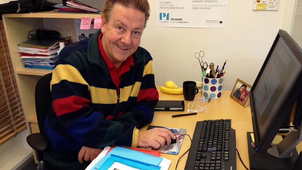 Anders Eldeman löser ett kryss i Melodikryssfabriken. Foto: Ronnie Ritterland / Sveriges Radio