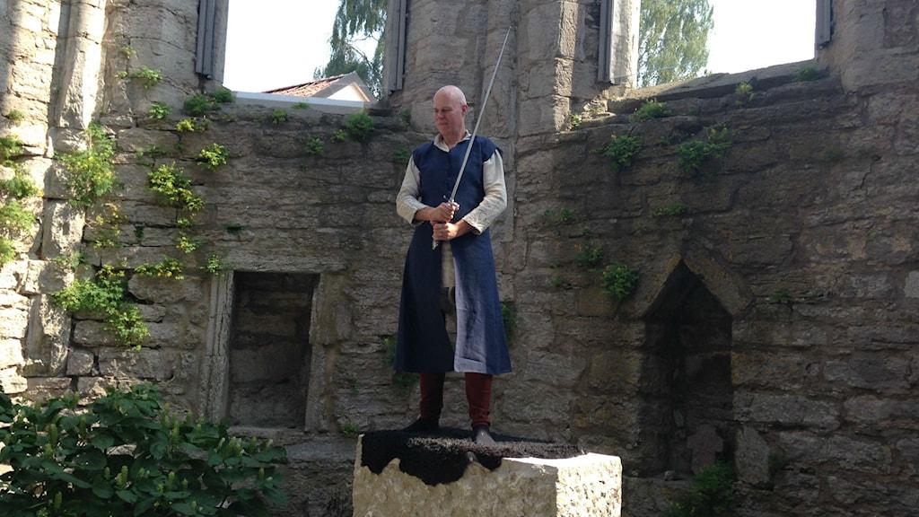 Peter Lyon mit dem Originalschwert von Streicher/Aragorn in der St. Nicolai-Ruine in Visby (Foto: Liv Heidbüchel/Sveriges Radio)