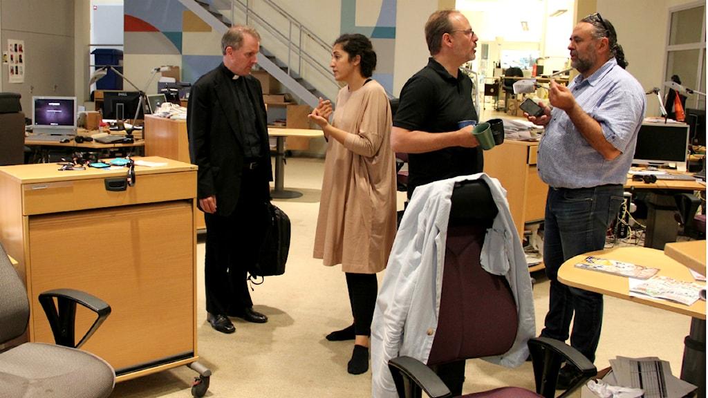 Fader Richard Hayward från Opus Dei hänger med P4 Extra-redaktionen. Foto: Anna Lyrenäs/Sveriges radio