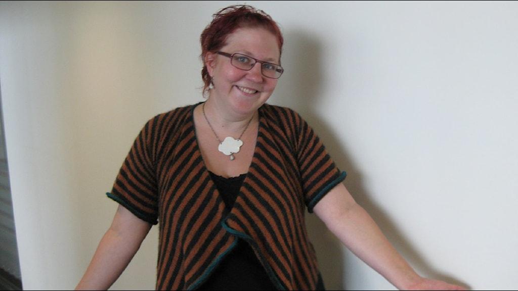 Lisa Åhlström i rektangelformad tröja. Foto: Lena Rångeby/SR