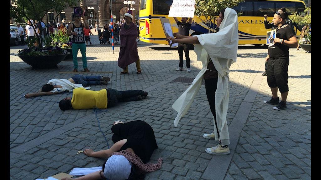 صحنه ای از نمایش خیابانی اعدام. Foto: Persiska redaktionen/SR