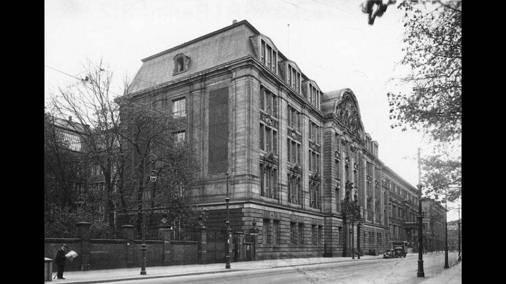 """Gestapos högkvarter i Berlin. 1933 bildas Gestapo, den hemliga tyska polisen med 45 000 anställda som hade i uppgift att identifiera """"judar, socialister, homosexuella, romer och andra ej önskvärda"""". På tyska: Geheime Staatspolizei/GeStapo. Foto: Bundesarkiv."""
