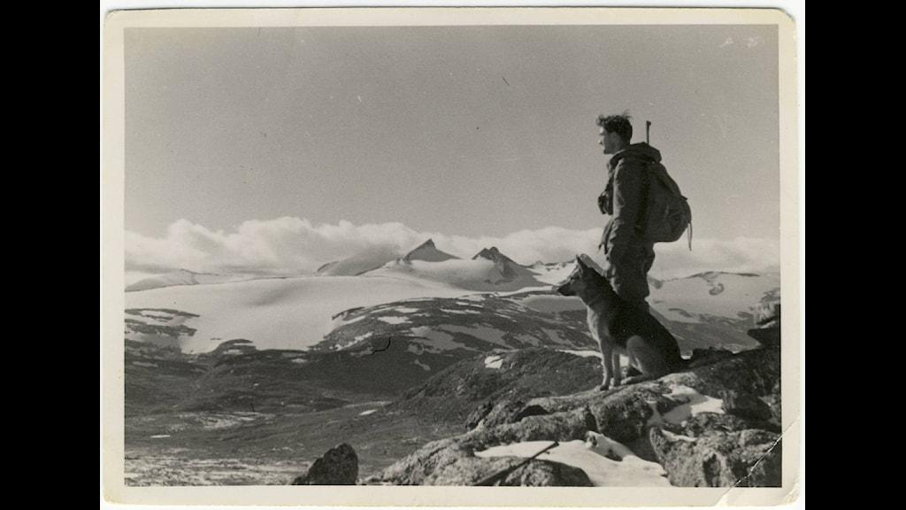 Norsk Sepals-jägarsoldat på patrull med hund i gränstrakterna Sverige-Norge. Foto: Roger Albrigtsens arkiv.