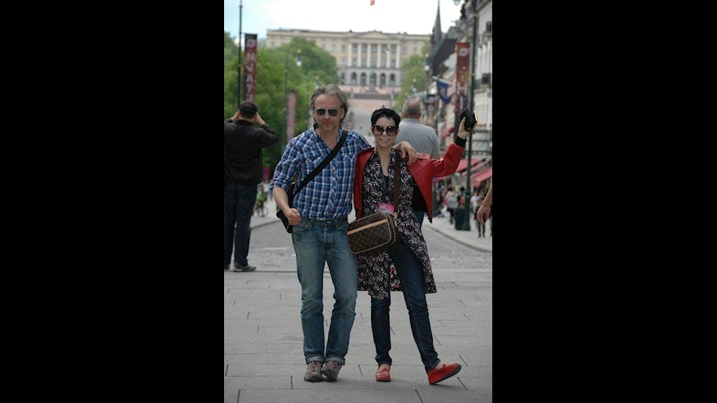 Björn Kjellman och Carolina Norén vinkar hej då från Oslo. Sedan 2001 har de tillsammans kommenterat ESC för Sveriges Radio.