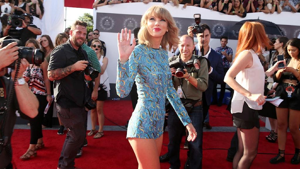 Taylor Swift på väg till gala. Foto: Matt Sayles/TT