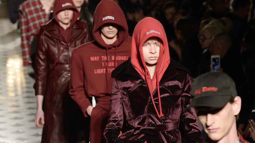 Vêtements – vad är egentligen grejen med detta hyllade och hajpade modemärke?