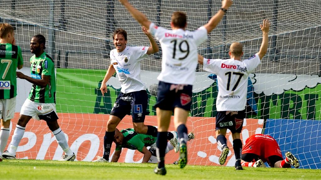 20110702 Gefle-spelare jublar efter att laget gjort mål mot Gais