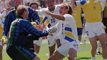 Thomas Ravelli och Henrik Larsson jublar efter straffdramat mot Rumänien i VM-kvartsfinalen 1994. Foto: AP Photo/Thomas Kienzle