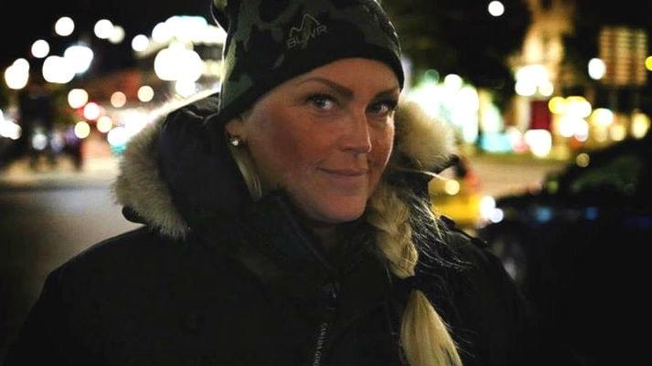 Ordningsvakten Jeanette klär på äldre hemlösa