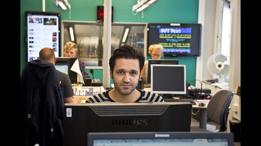 Arash Mokhtari i P3 Nyheters redaktionsrum. Foto: Micke Grönberg/Sveriges Radio