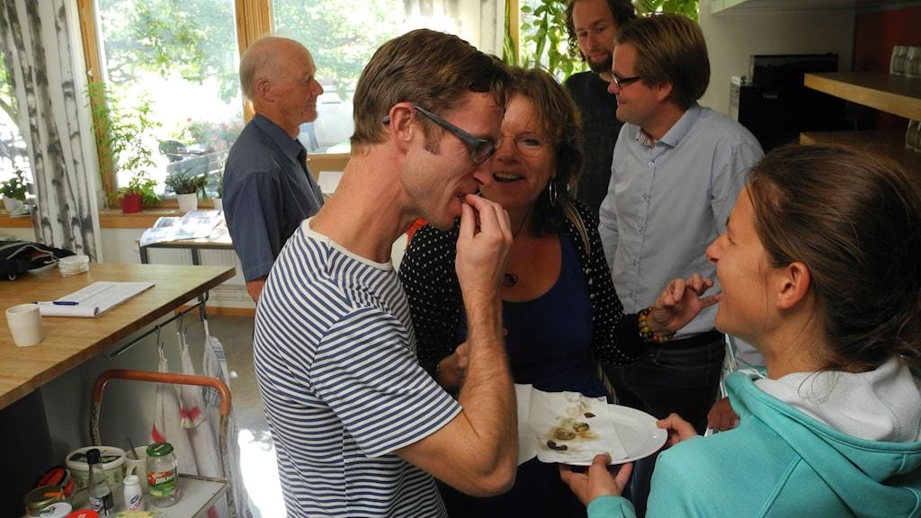 Björn Gunér smakar på timmermanslarv. Foto: Åke Lindelöf (SLU)/Sveriges Radio