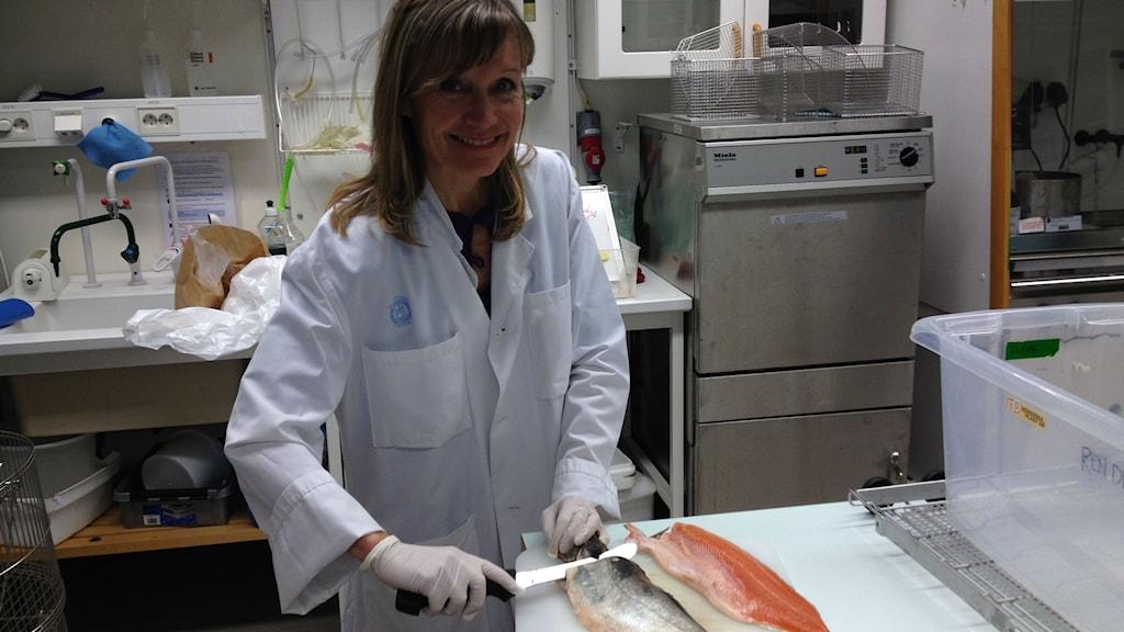 Ingrid Undeland lär ut hur man bättre tar vara på maten i fisken. Foto: Björn Gunér/Sveriges Radio