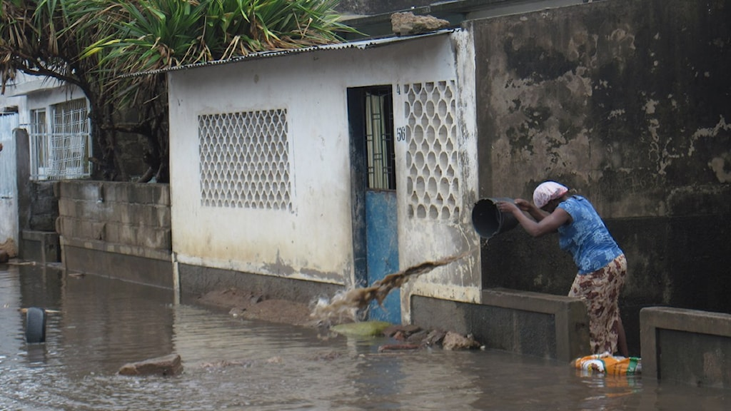 Tropiska cyklonen Dando har dragit förbi Mocambiques huvudstad Maputo och invånarna i de fattiga kvarterens utkant får mycket att göra… Foto: Maria Sjöqvist/Sveriges Radio.